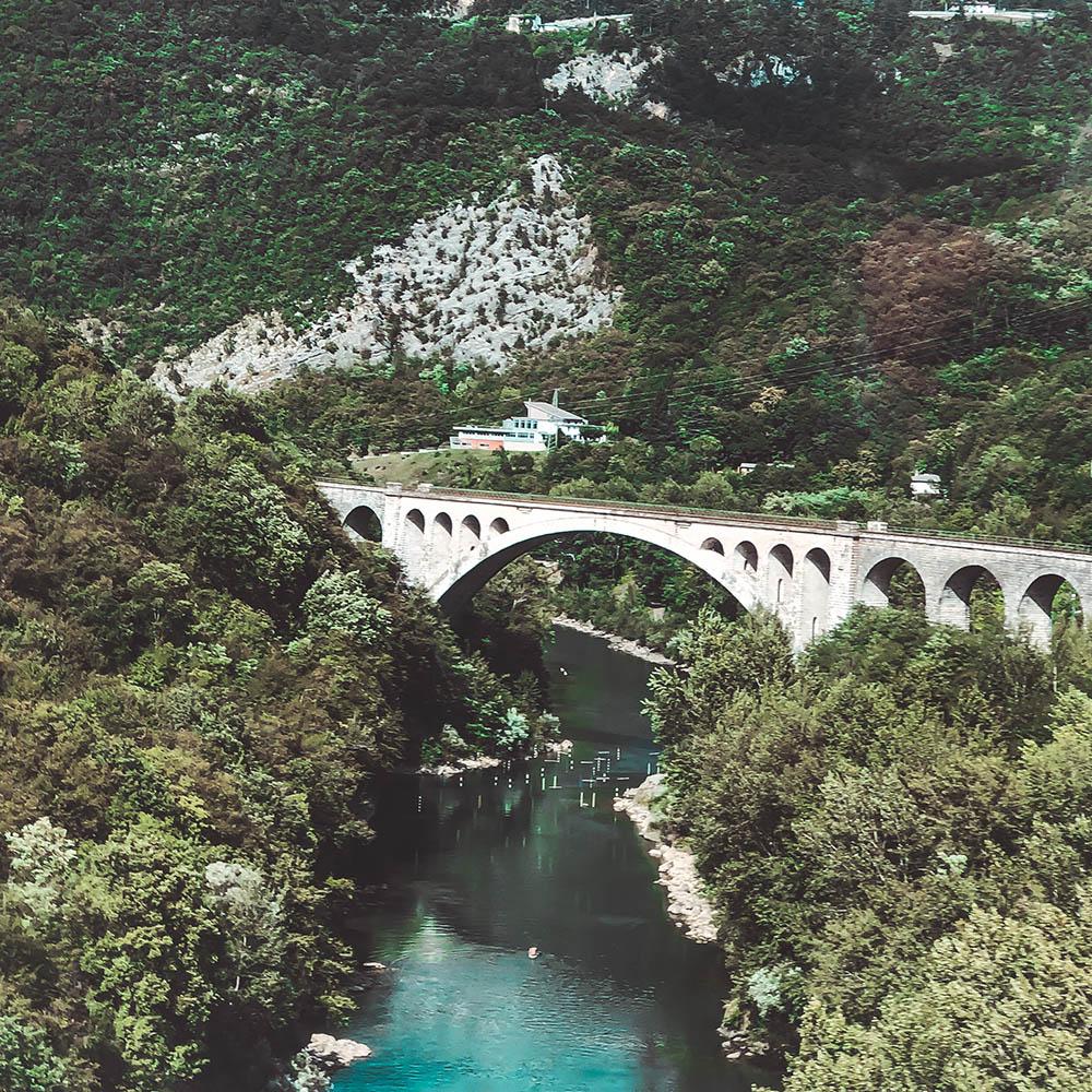 Zugfahrt durch das Soca Tal in Slowenien